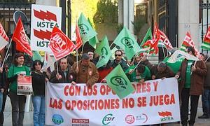 Sindicatos de Enseñanza Pública se han concentrado en Granada contra el cambio en los temarios de Oposiciones